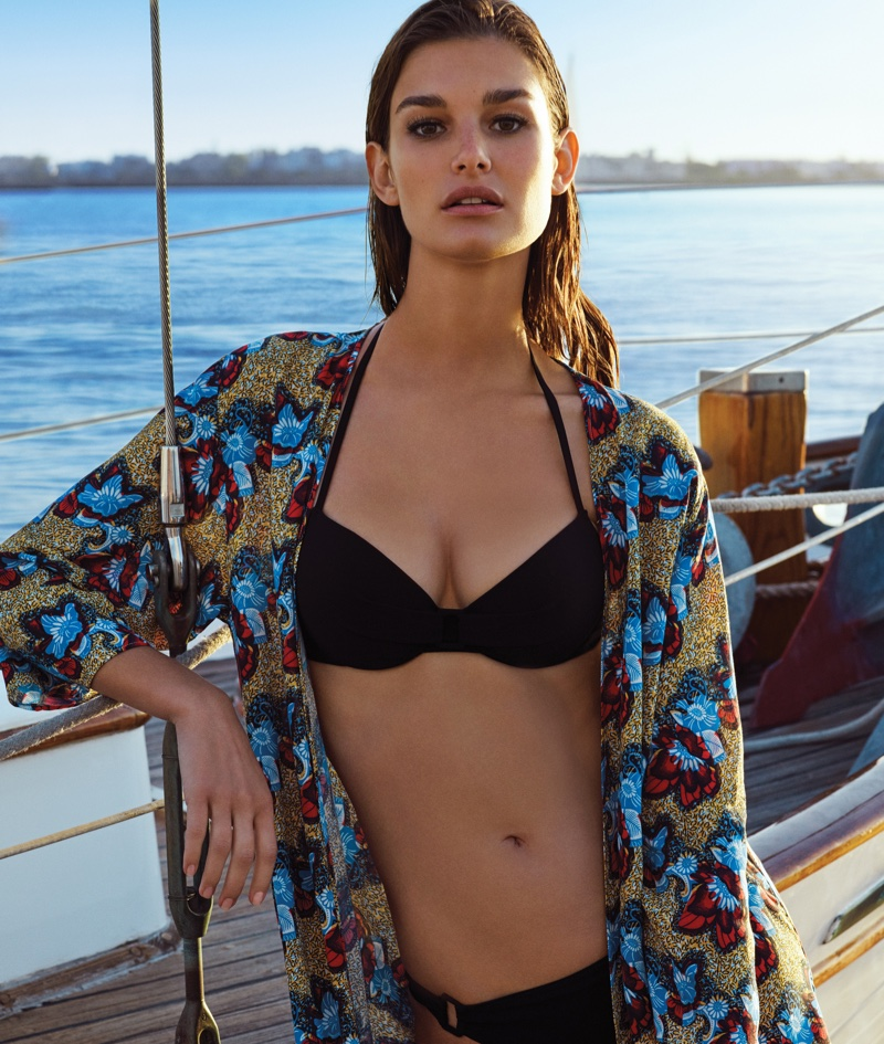 Covered up in a bold print, the model wears a black bikini top from Etam