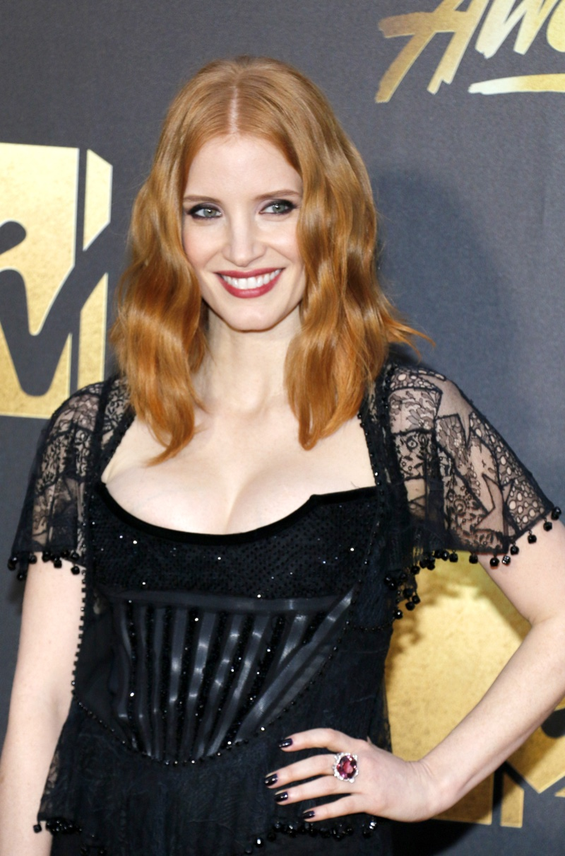 APRIL 2016: Jessica Chastain attends the 2016 MTV Movie Awards wearing a wavy hairstyle with a center part. Photo: Tinseltown / Shutterstock.com