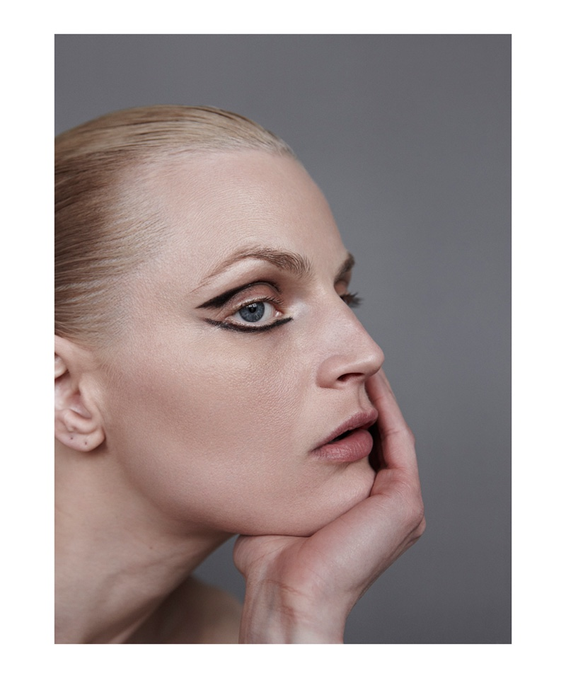 Guinevere van Seenus gets her closeup with a graphic eye makeup look