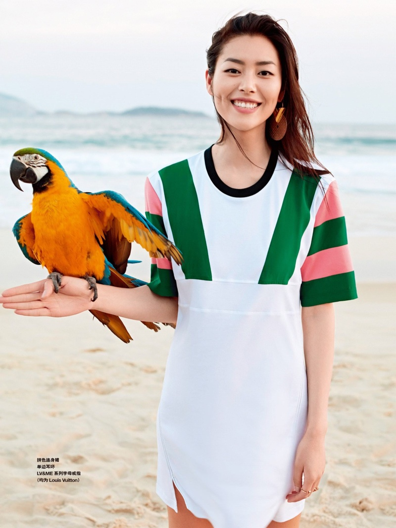 The Chinese model is all smiles as she poses with a parrot