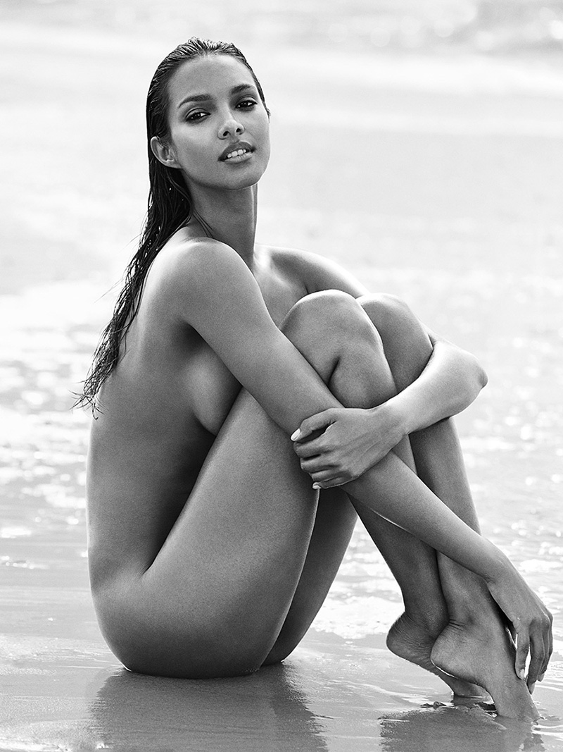 Lais Ribeiro poses naked on the beach