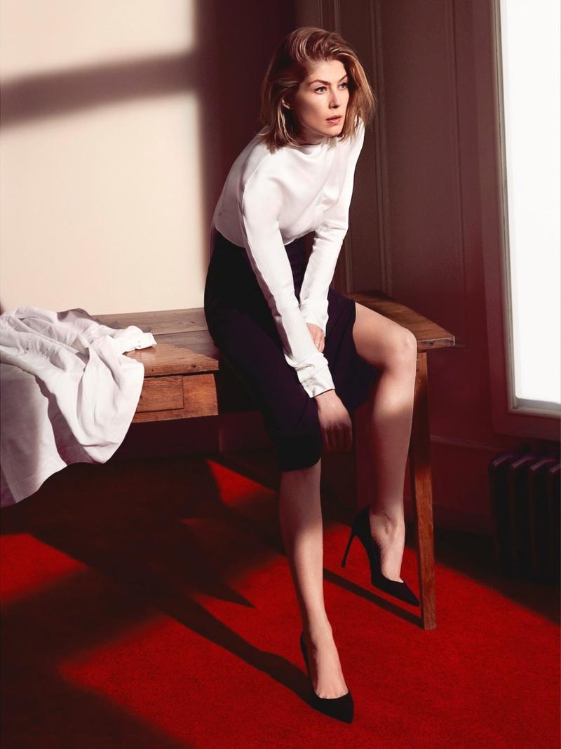 Rosamund Pike flaunts her legs in Dior ensemble