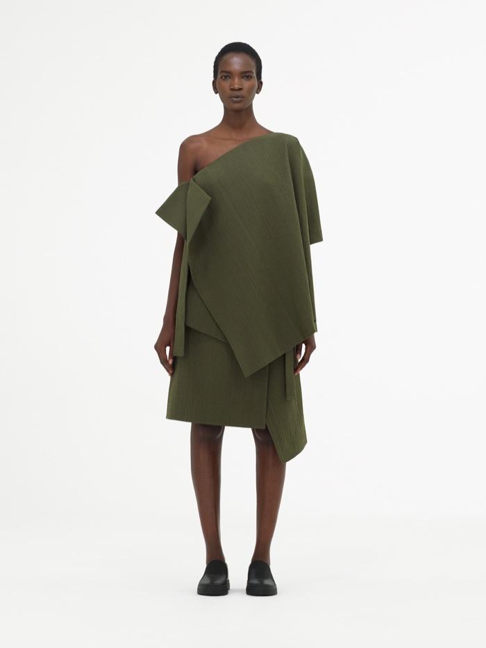 COS Spring 2017: Asymmetric top in khaki and cotton silk apron skirt in khaki