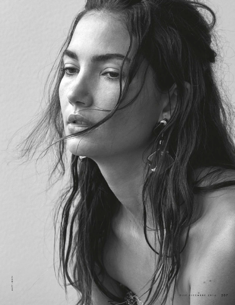 Wearing her hair in messy waves, Lily Aldridge is a natural beauty