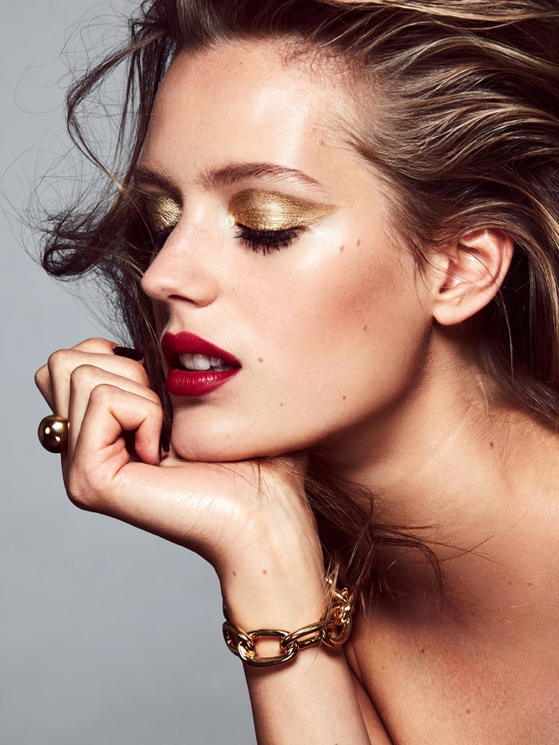 The model shines with gold eyeshadow and red lipstick