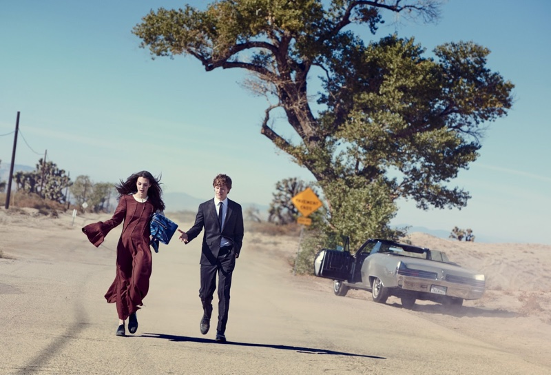 Hitting the desert road, Vittoria Ceretti poses in Loewe linen dress and bag. Shoes by Tod's.
