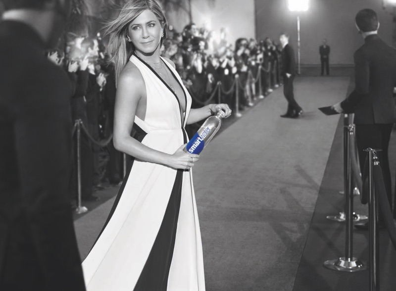 Even on the red carpet, Jennifer Aniston stays hydrated with Smartwater