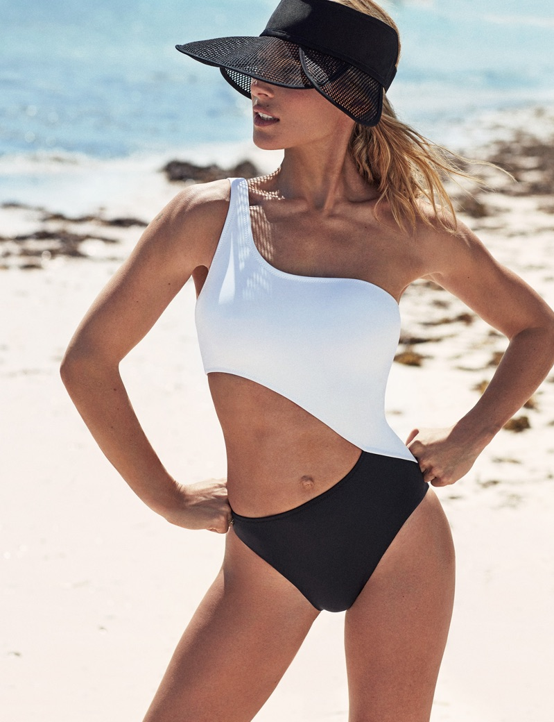 Posing at the beach, Elsa Pataky wears Énfasis Black bicolor swimsuit and Dior visor