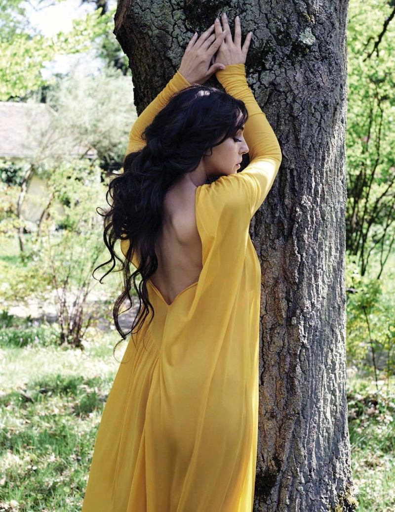 Flaunting her back, Monica Bellucci wears yellow Emilio Pucci tunic