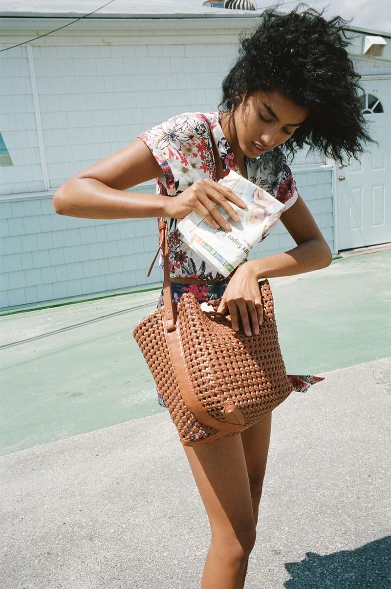 Zara Floral Print Top, Impress�o Floral Bermuda Shorts, Tran�ado Bucket Bag com Detalhe Pingente