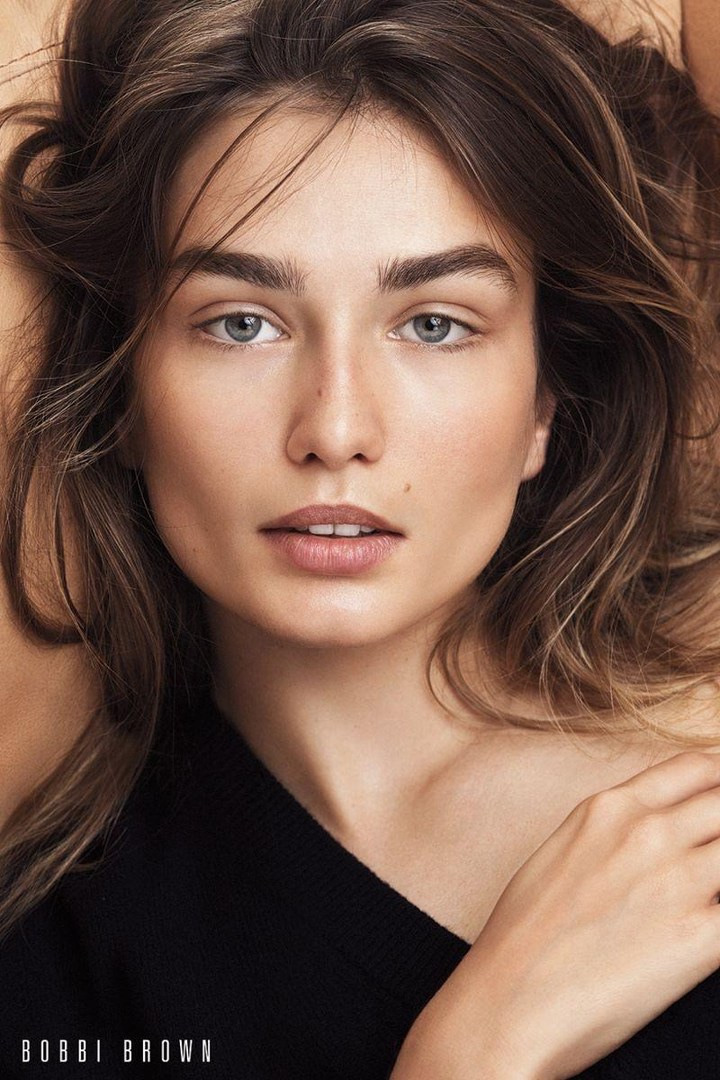 Andreea Diaconu wears a natural makeup look in Bobbi Brown Cosmetics' fall 2017 campaign