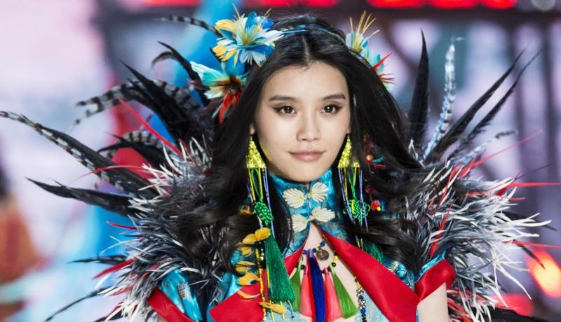 Ming Xi desfila en el Victoria's Secret Fashion Show 2016. Foto: fashionstock / Deposit Photos's Secret Fashion Show. Photo: fashionstock / Deposit Photos