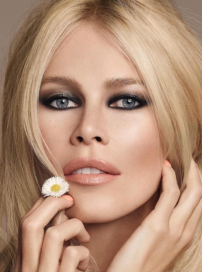 Claudia Schiffer shows off a smokey eye makeup look