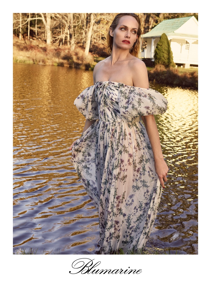 Flaunting some shoulder, Amber Valletta fronts Blumarine's spring-summer 2018 campaign