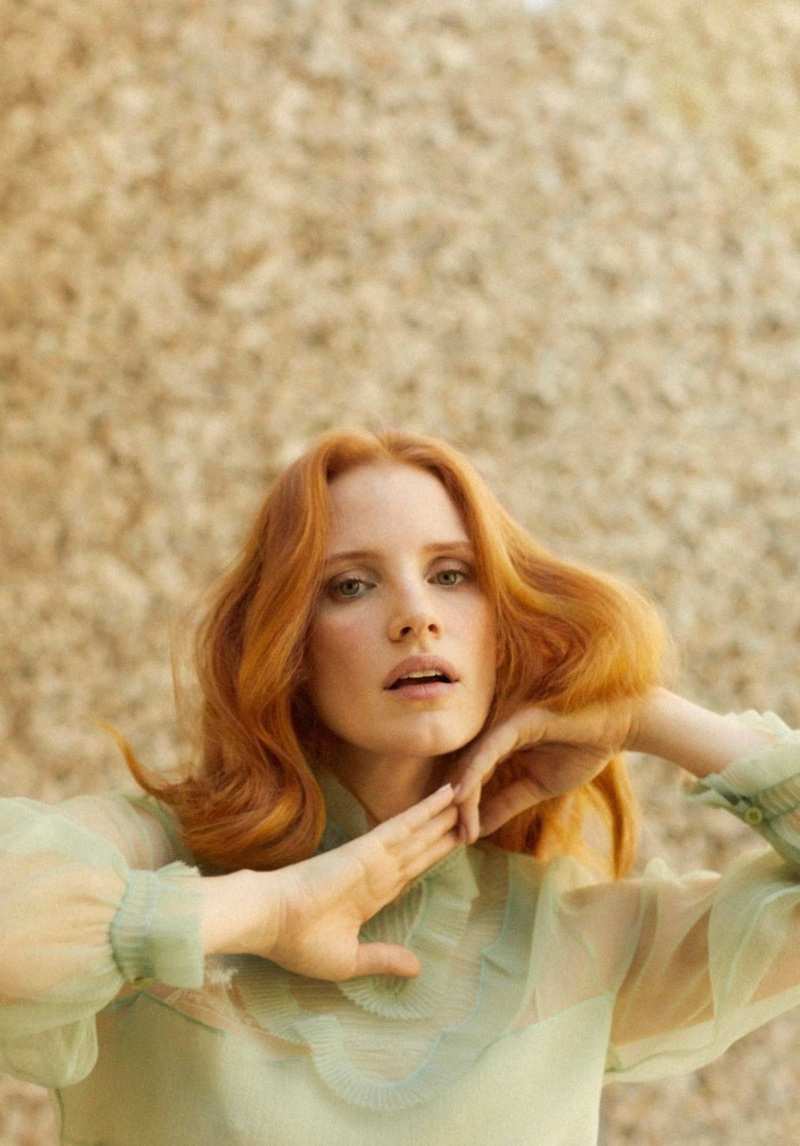 Jessica Chastain shows off a wavy hairstyle