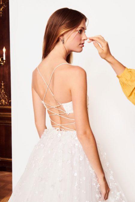 e98200d3ece Oscar de la Renta s Fall 2018 Bridal Dresses Are Beyond Dreamy