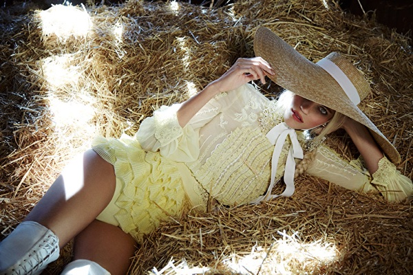 Posing in hay, Elisabetta Franchi taps Devon Windsor for spring-summer 2018 campaign