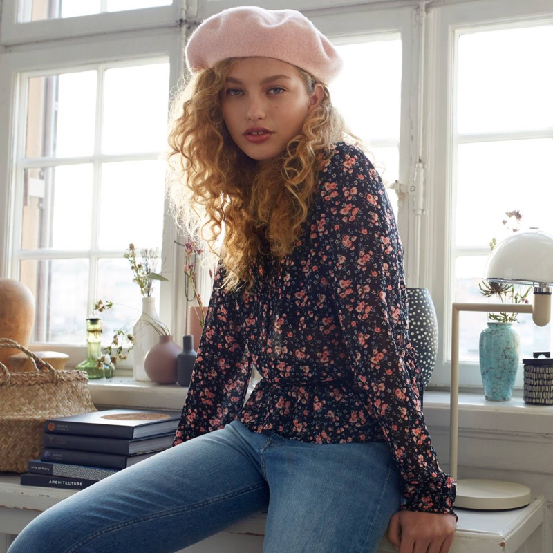 H&M Wool-Blend Beret, Chiffon Blouse and Vintage High Ankle Jeans