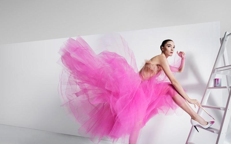 Mariacarla Boscono poses in pink gown for Oscar de la Renta's spring-summer 2018 campaign