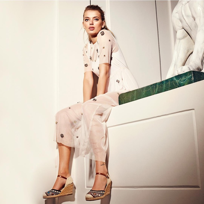 Wearing wedges, Bregje Heinen stars in Refresh Shoes' spring-summer 2018 campaign