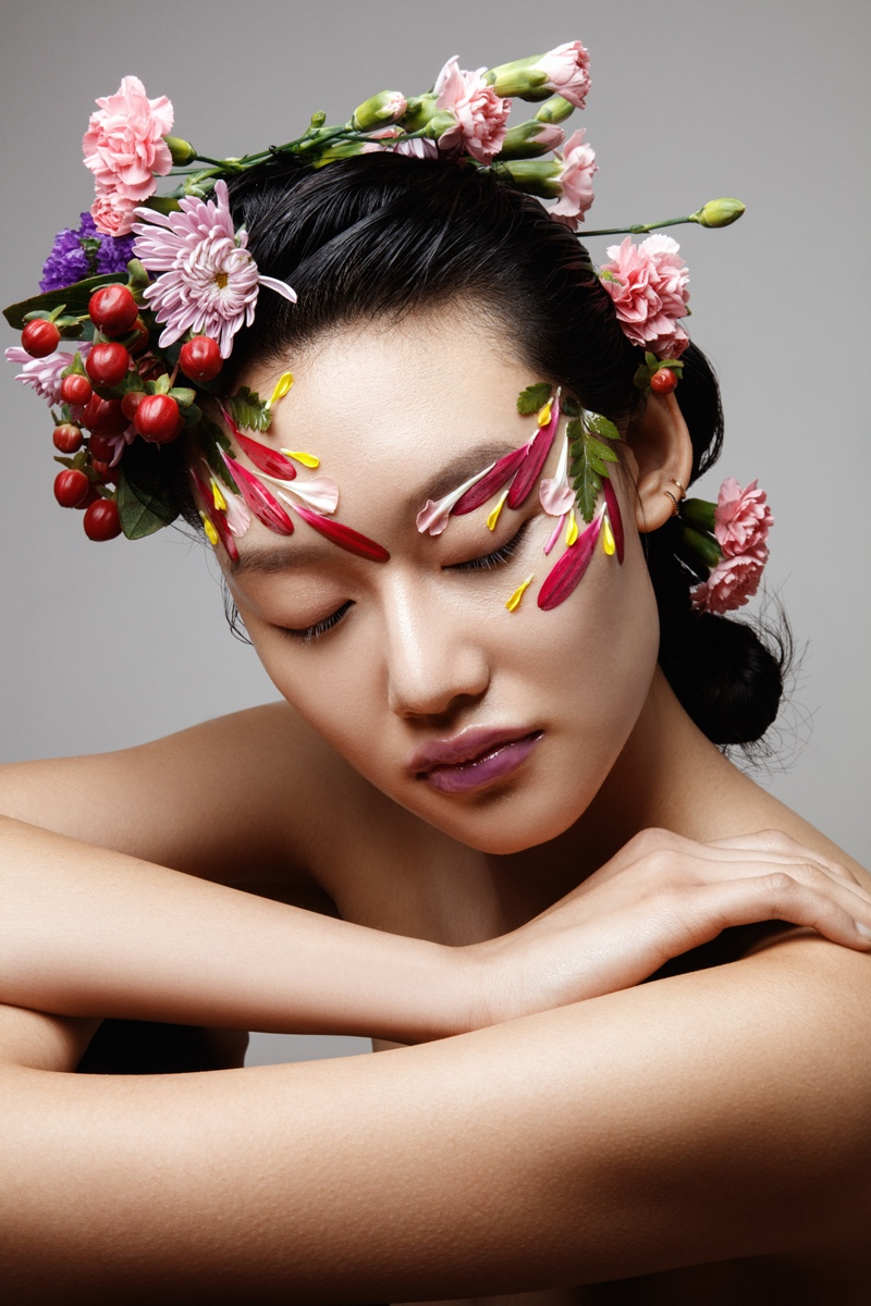 With flowers in her hair, Jessie Li shows off elegant beauty. Photo: Jeff Tse