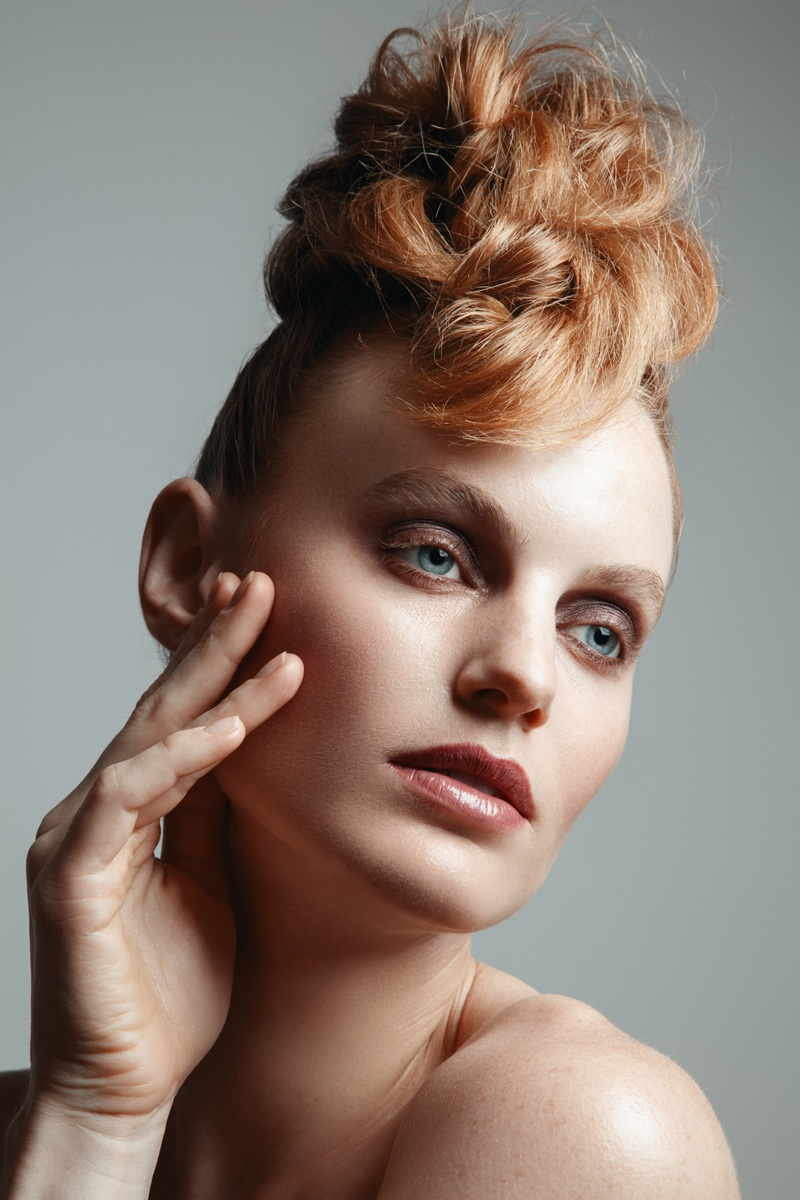 Georgia Wass shows off an elegant makeup look. Photo: Jeff Tse
