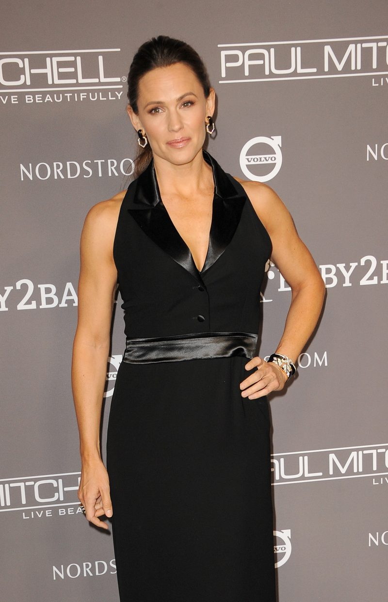Jennifer Garner attends the 2018 Baby2Baby Gala Presented By Paul Mitchell Event