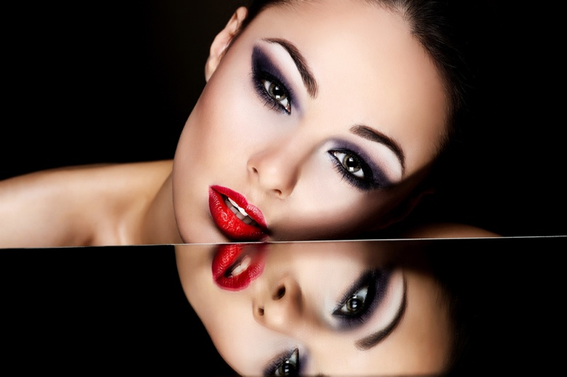 Model Makeup Glamour Red Lips Smokey Eyeshadow