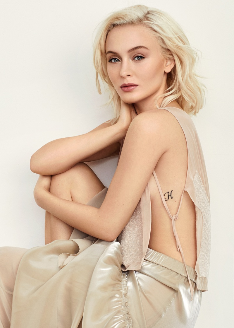 Zara Larsson shows off her tattoo