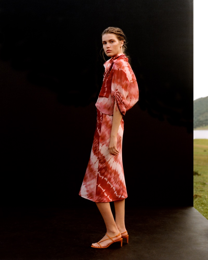 Luna Bijl poses in Mango's printed styles for spring-summer 2019 trend guide