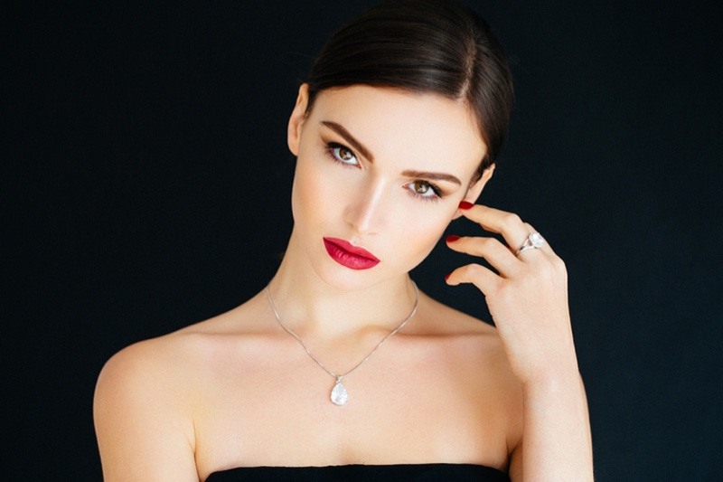 Model Red Lips Necklace