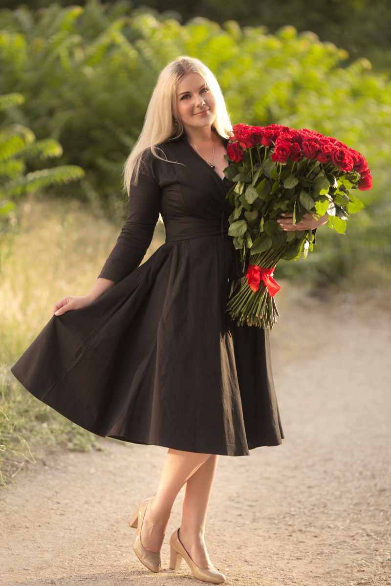 Black Dress Bouquet Roses Plus Size Model