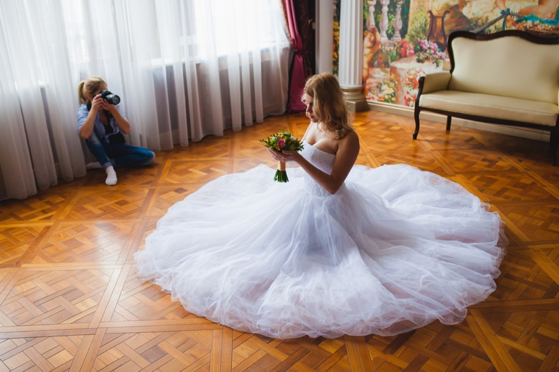 Wedding Photographer Bride Posing Dress Ground