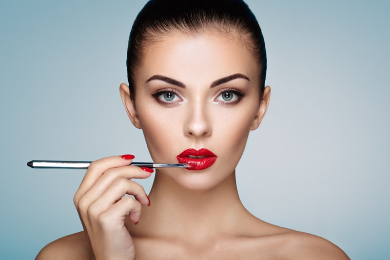 Model Beauty Red Lips Makeup Brush