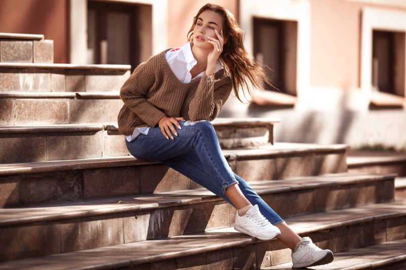 Model Fall Style Sweater Jeans White Sneakers