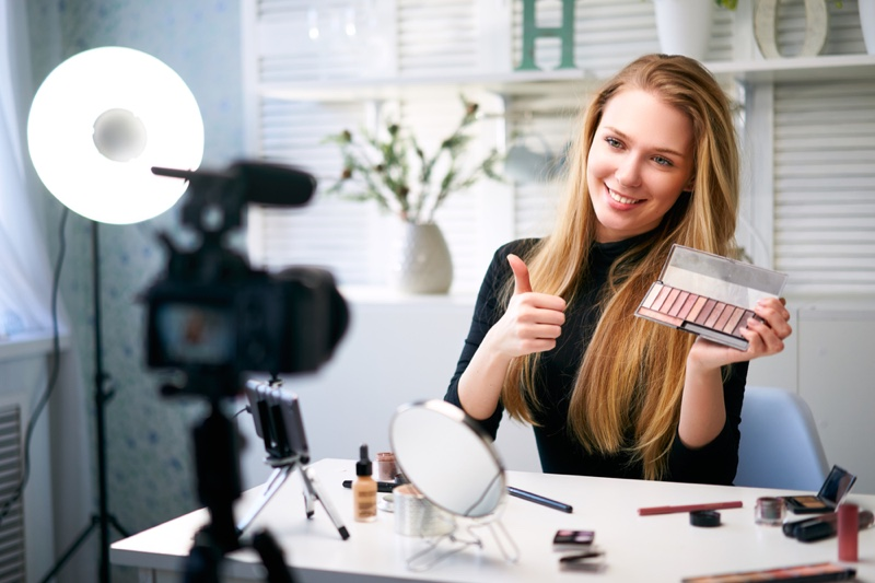 Beauty Makeup Vlogger Eyeshadow Palette Camera Thumbs Up