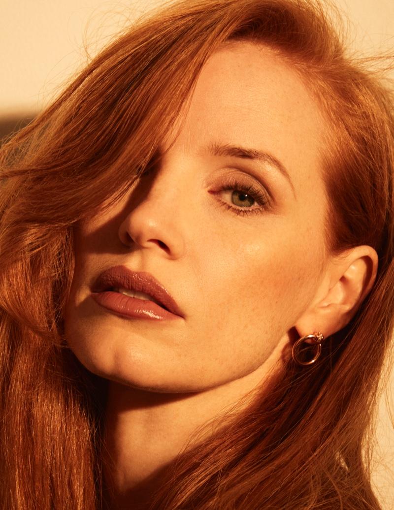 The redhead actress wears elegant earrings. Photo: David Roemer