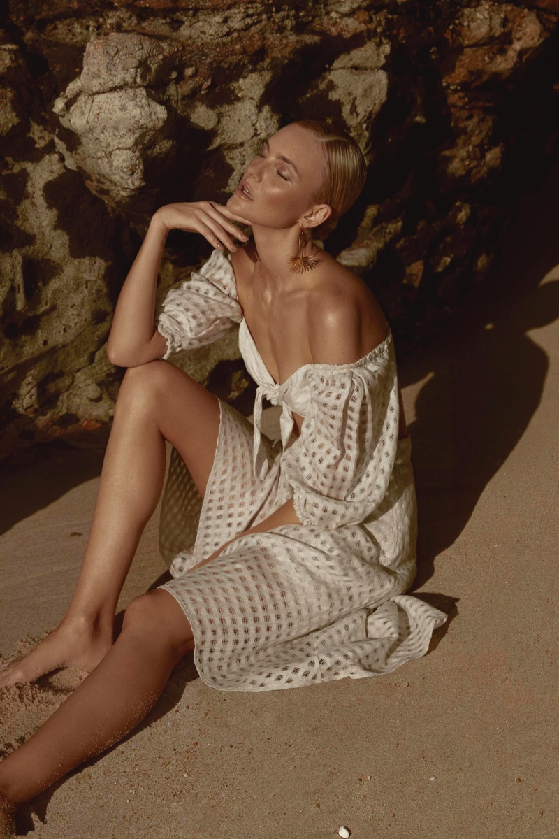 Flaunting some shoulder, Caroline Trentini poses in Agua de Coco Cerrado collection.