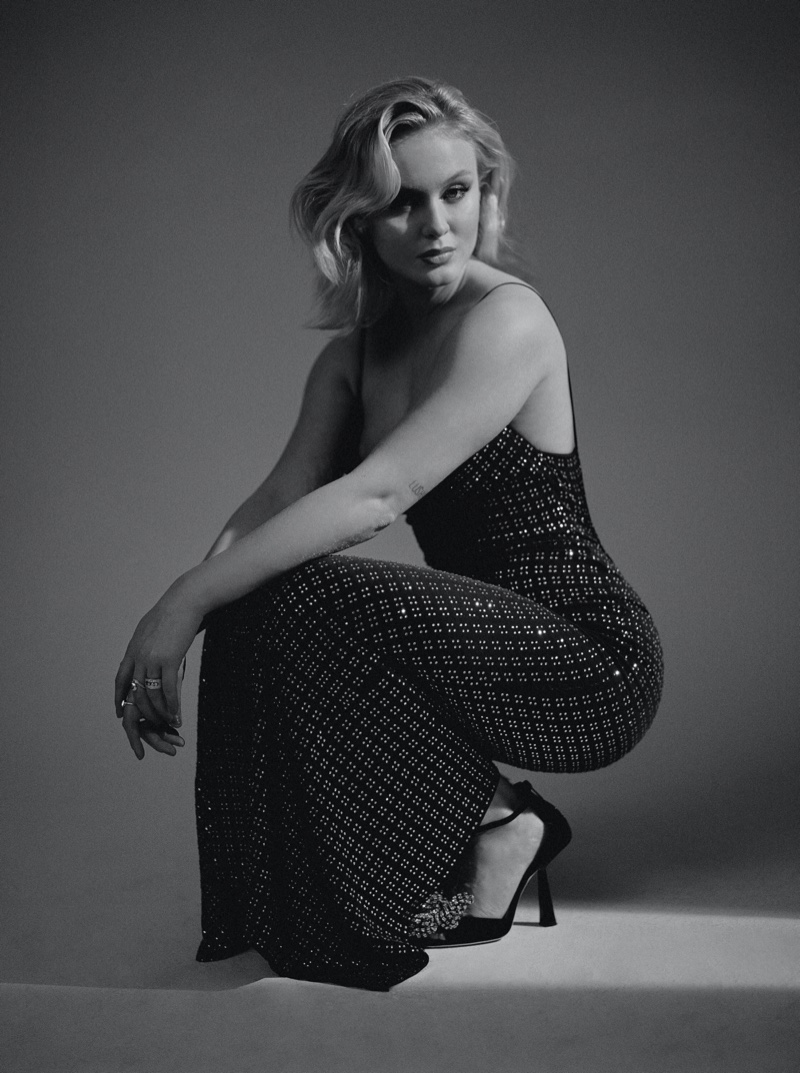 Wearing a sparkling dress, Zara Larsson dazzles in black and white. Photo: Luc Coiffait