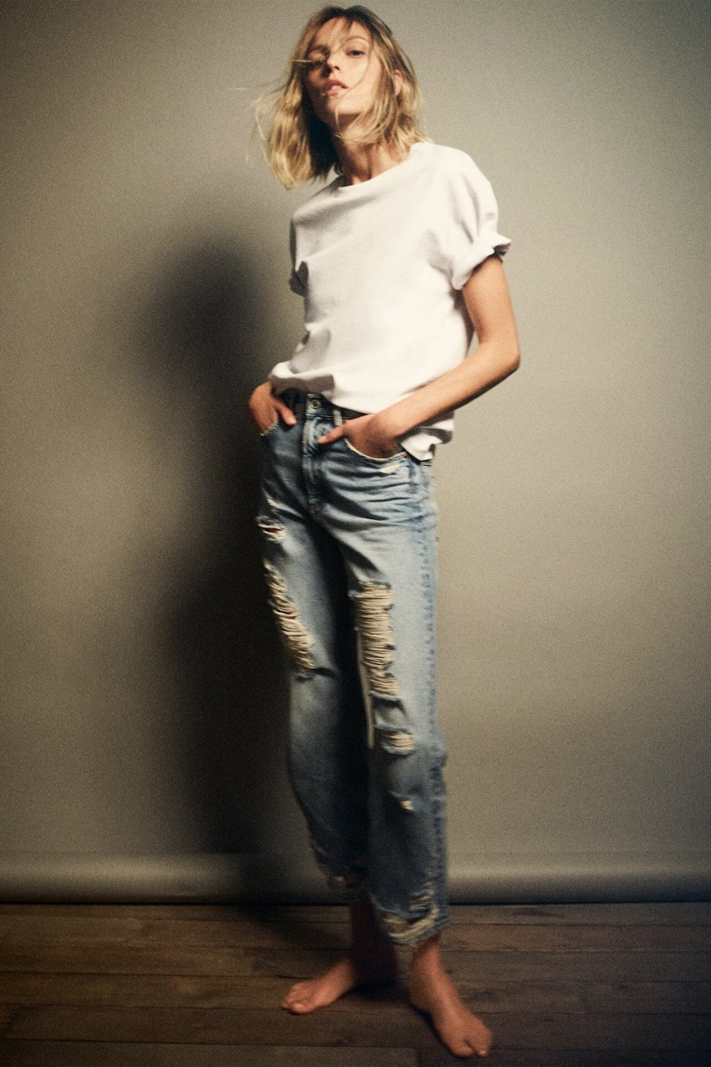 Zara T-Shirt and ZW Premium The Pepper Mom Jeans.