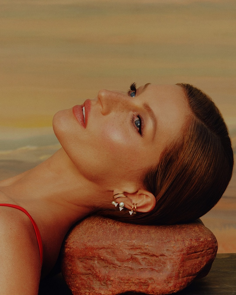 Supermodel Gisele Bundchen wears pearl earrings for Vivara Mother's Day 2021 campaign.