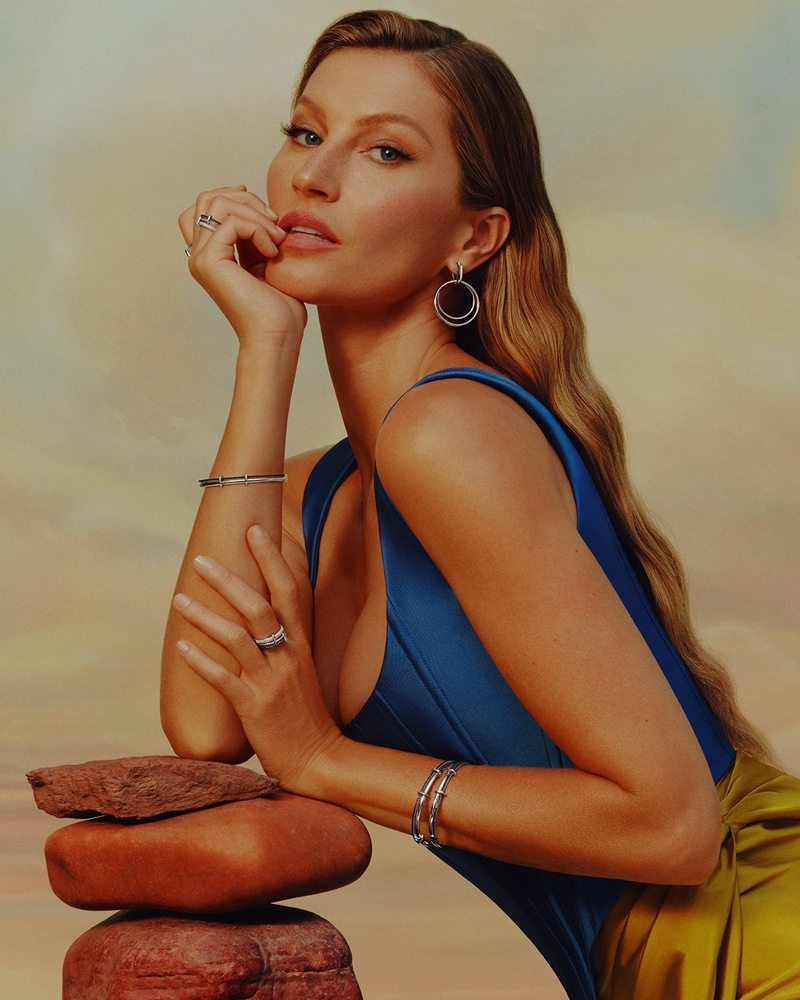 Wearing Elos II Collection, Gisele Bundchen poses for Vivara Mother's Day 2021 campaign.