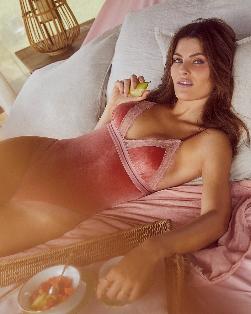 Isabeli Fontana poses in pink bodysuit from Love Stories x Riachuelo campaign.