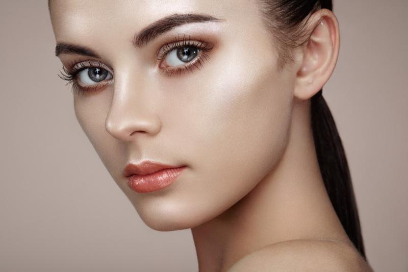 Model Beauty Long Eyelashes Glossy Lip Makeup