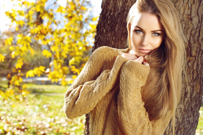 Model Sweater Outdoors