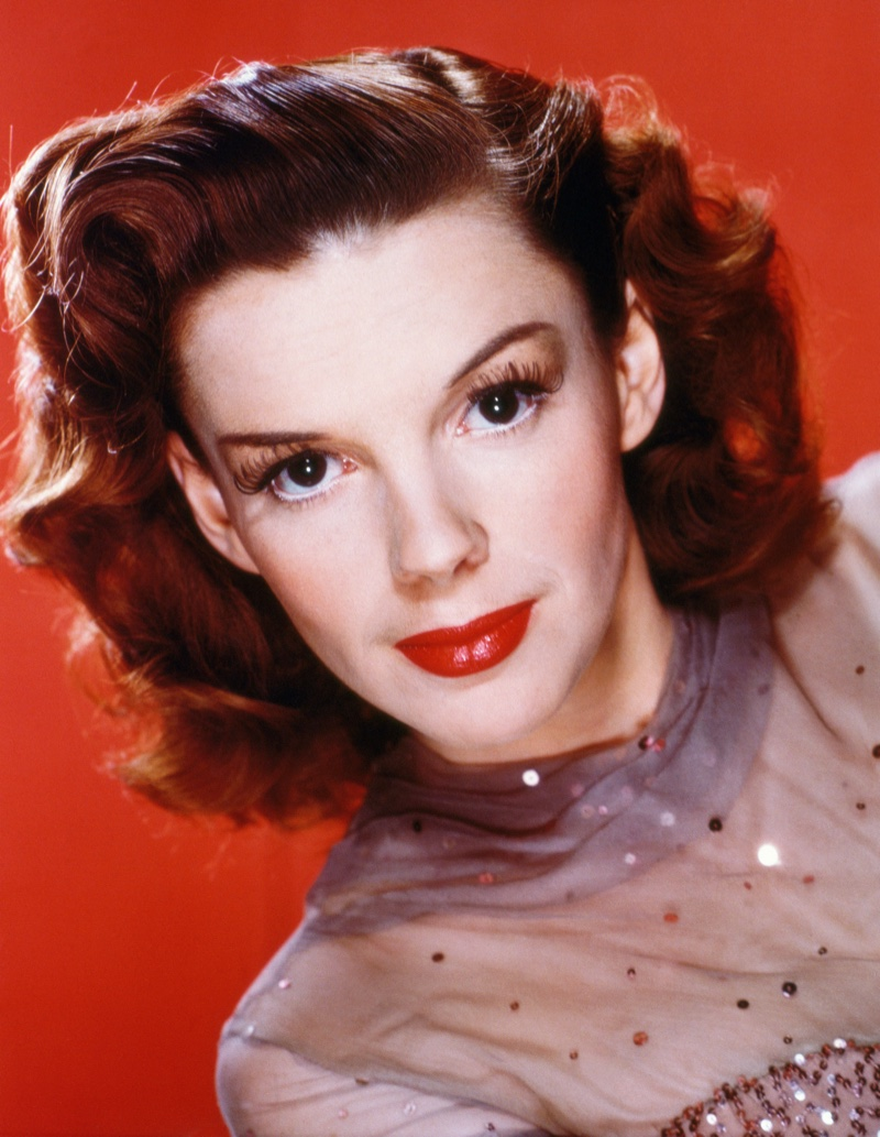 Judy Garland wears popular 1940s hairstyle featuring roll curls. Photo: Pictorial Press Ltd / Alamy Stock Photo