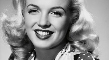 Marilyn Monroe wears wavy and bouncy curls with her signature blonde hair in 1948. Photo: Album / Alamy Stock Photo