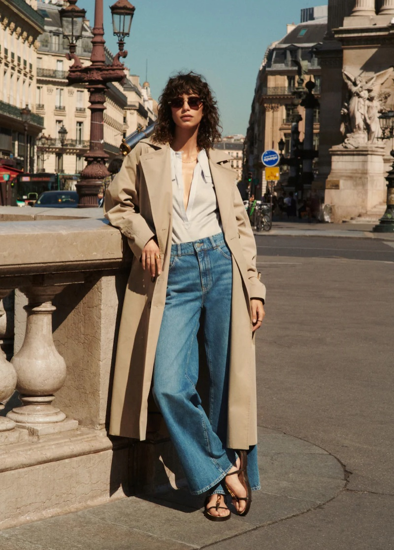 Wearing a trench coat and jeans, Mica Arganaraz embraces casual style from Massimo Dutti.