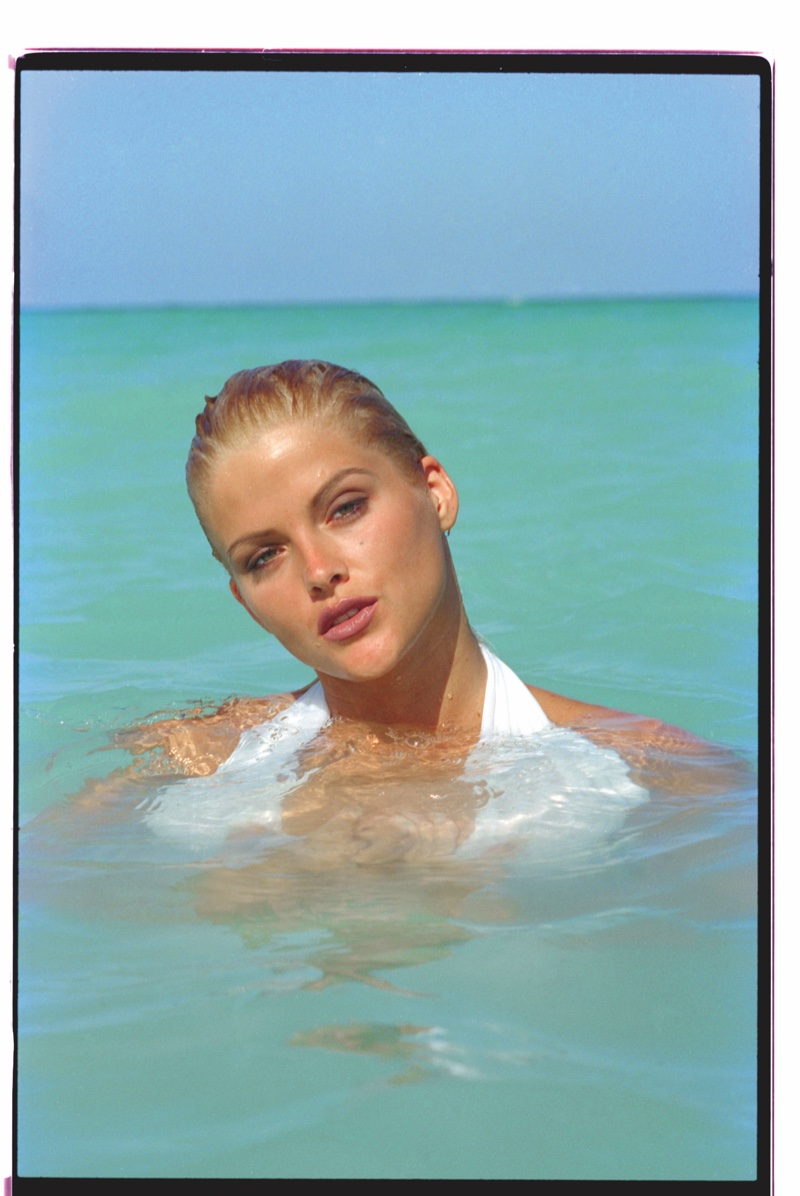 FLASHBACK: Anna Nicole Smith poses at the beach in unreleased 1992 photoshoot. Photo:  Daniela Federici / GUESS